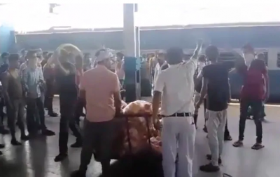 Video: Workers' special train reaches Itarsi, passengers snatches food