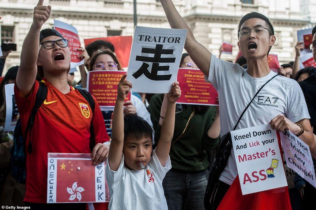 चीन ने हांगकांग के प्रदर्शनकारी को कहा 'डकैत', चाकू मारने वाली घटना ने बढ़ाया विवाद