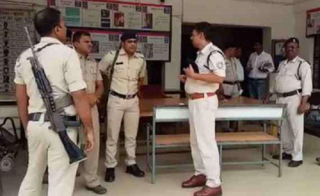 ड्यूटी के दौरान व्हाट्सएप चलाना पुलिस कर्मियों को पड़ा महंगा, पांच जवान निलंबित
