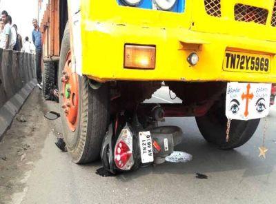 AIADMK के फ्लैग पोस्ट से बचने की कोशिश में लॉरी में जा घुसी स्कूटी,  महिला घायल