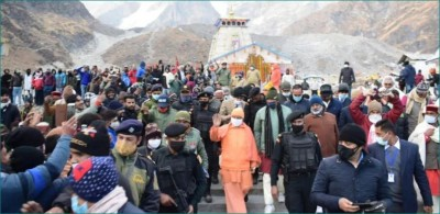CM Yogi Adityanath and Trivendra Singh Rawat stranded in Kedarnath due to heavy snowfall