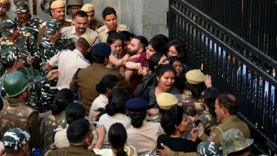 आखिर ऐसी कितनी बढ़ गई है JNU की फीस, जिसके लिए पुलिस से भी भिड़ गए यूनिवर्सिटी के छात्र