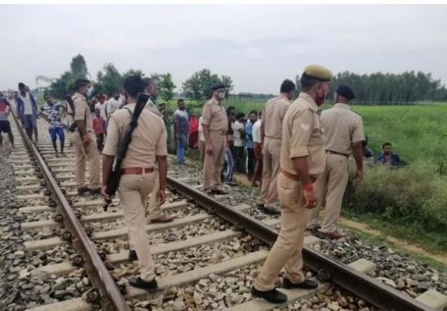 रेलवे ट्रैक पर हेडफ़ोन लगाए जा रहे थे 2 लड़के, पीछे से आई ट्रेन और 60-70 टुकड़ों में बंट गई लाश