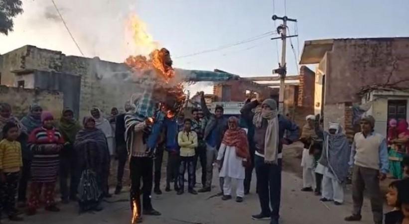 किसानों का प्रदर्शन और विरोध और भी हुआ तेज, क्रोध -क्रोध में फूंक दिया कृषि मंत्री का पुतला