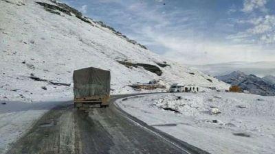 हिमाचल प्रदेश में जबरदस्त बर्फ़बारी, सफ़ेद चादर से ढकीं भरमौर और पांगी की चोटियां