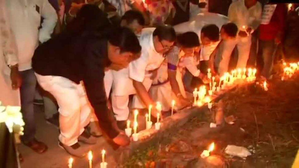 मुर्शिदाबाद हत्याकांडः हत्याकांड के खिलाफ स्थानीय लोगों ने निकाला कैंडल मार्च, टीएमसी एमएलए भी हुईं शामिल