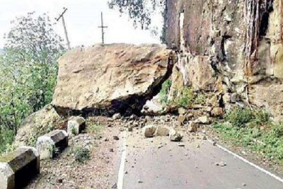 Uttarakhand: Rock fell from a mountain suddenly, five people die