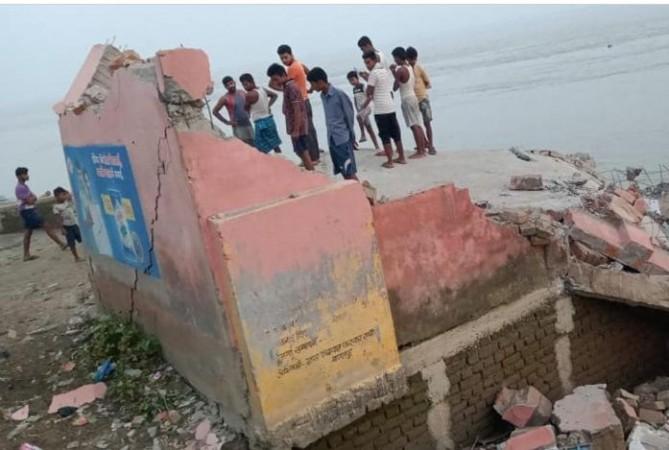 गंगा नदी के तेज बहाव में ढह गया 5 साल पहले बना विद्यालय