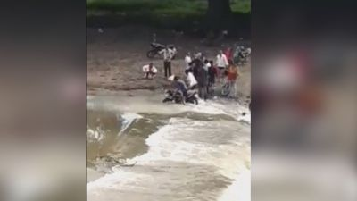 Torrential rain disrupted life in Ujjain, people crossing bridge risking their lives