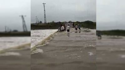 Madhya Pradesh: Two youths washed away with car while corssing river, dead bodies found