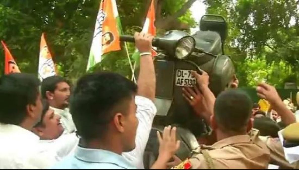 Motor Vehicle Act: Youth Cong stages protest outside Gadkari's residence in Delhi