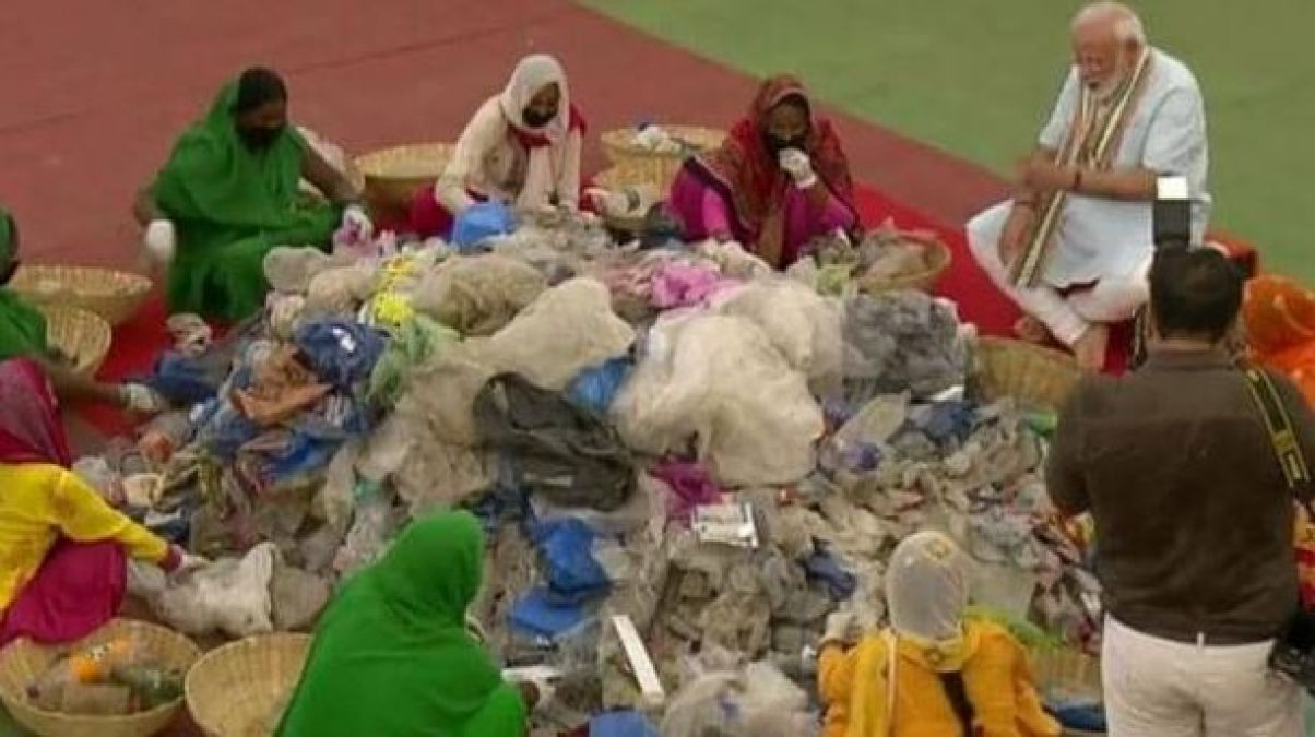 PM Modi sat on the ground with women scavengers, sorts garbage with his hands