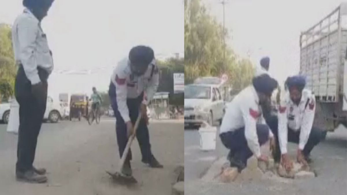 Two traffic policemen from Punjab are filling pit themselves