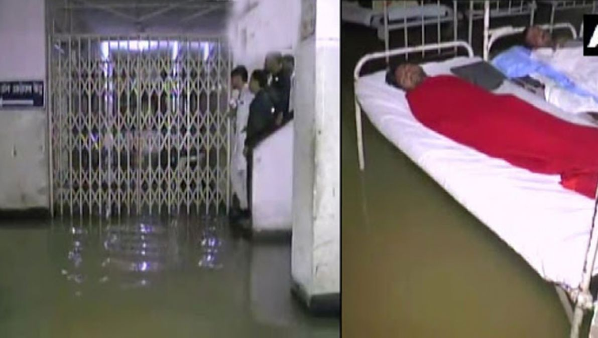 लगातार बारिश से तालाब में तब्दील हुआ इंदौर का एमवाय अस्पताल, मरीजों की मुश्किलें बढ़ीं...
