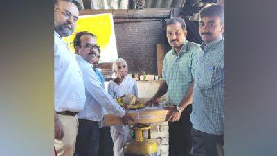 एक रुपए में इडली बेचने वाली दादी पर पड़ी सरकार की नज़र, केंद्रीय मंत्री ने दिलाया LPG कनेक्शन
