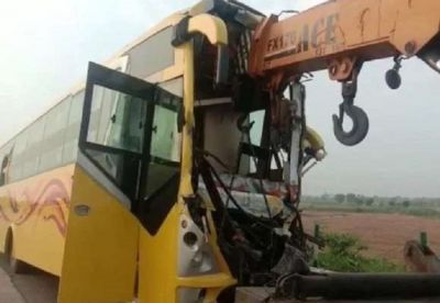 A bus filled with passengers collides with a standing truck, 20 passengers get injured