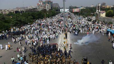 दिल्ली कूच करने के लिए यूपी गेट पहुंचे हज़ारों किसान, भारी संख्या में पुलिसबल तैनात