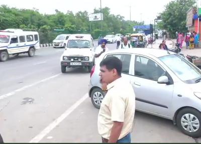 Miscreants firing on police force near Delhi's famous Akshardham temple, sensation spread