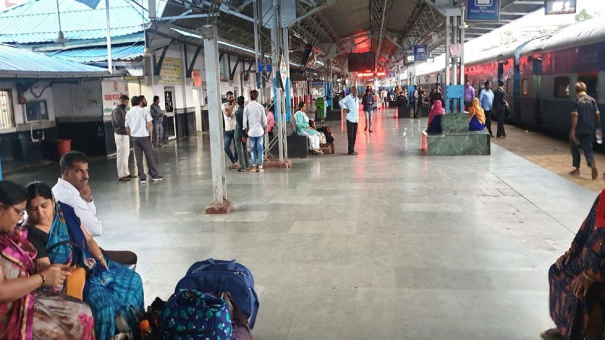 होशंगाबाद रेलवे में बंद हुआ प्लास्टिक का इस्तेमाल, कागज के दोनों में मिल रहे समोसे और भजिए