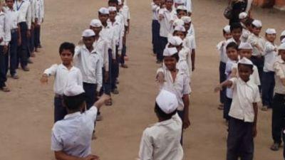 इस स्कूल में आज भी बच्चे लगाते हैं गांधी टोपी, प्रार्थना में गाते हैं 'रघुपति राघव'