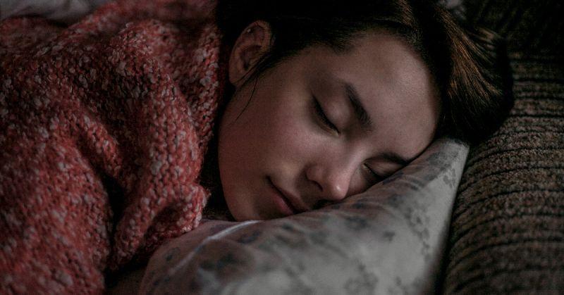 सोते समय अपने सिरहाने गलती से भी ना रखे यह चींज़े, बना देंगी गरीब