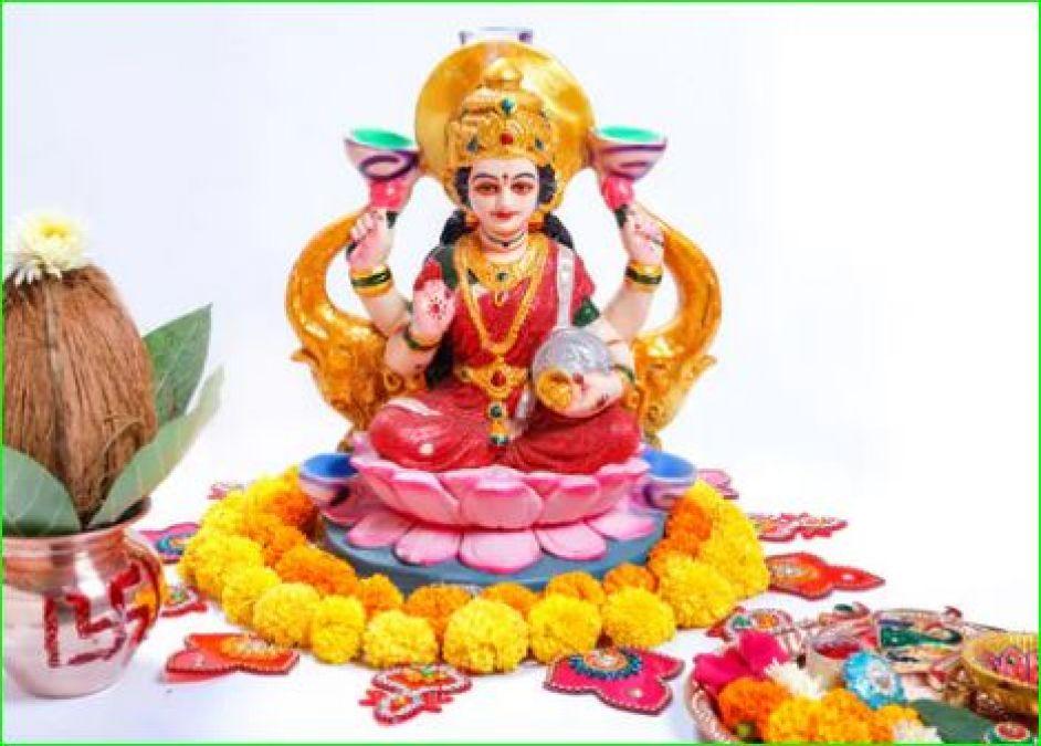 शरद पूर्णिमा के दिन इस आरती से करें माँ लक्ष्मी को खुश