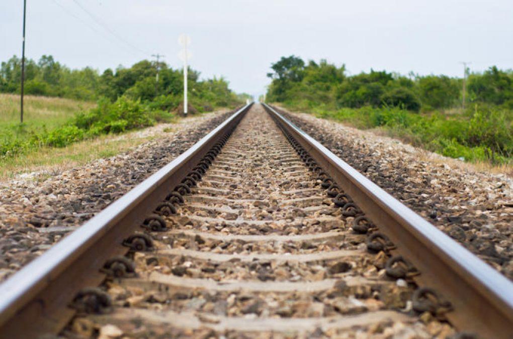 मथुरा में रेलवे ट्रैक के पास से मिली महिला की लाश, शहर में फैली सनसनी