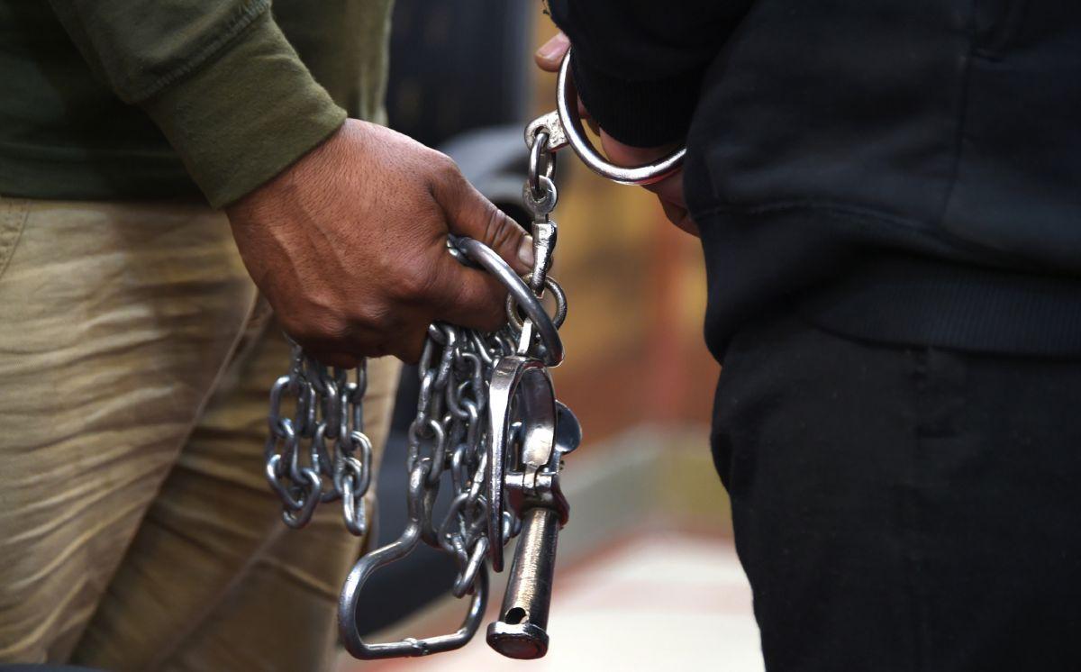 ट्रैन के टॉयलेट में जबरदस्ती घुस गया पुलिसकर्मी, किया महिला कैदी का बलात्कार