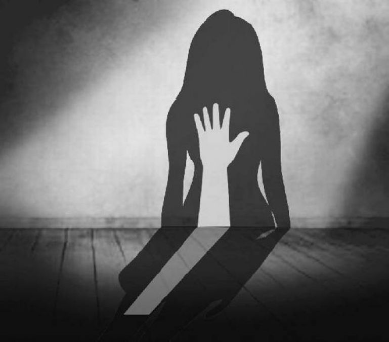 Boyfriend rapes the girl with two friends, escaped leaving  her in a deserted place
