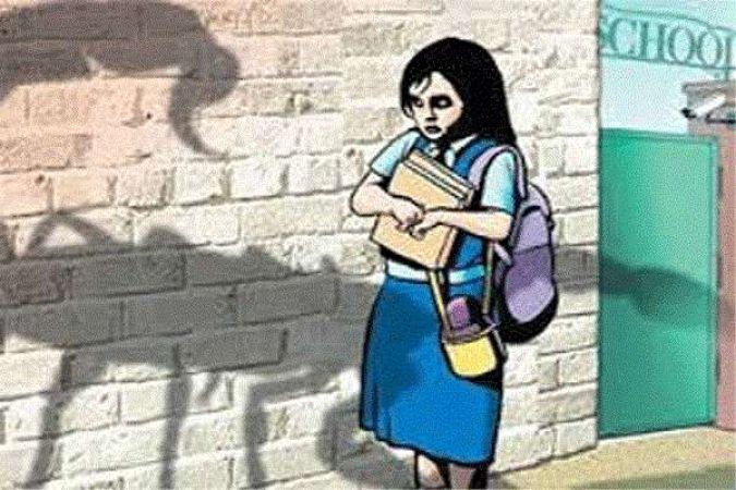 प्रिंसिपल ने बच्ची को स्कूल के टॉयलेट में बुलाया....फिर