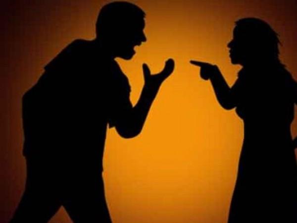 पत्नी ने पति पर लगाया गंदा आरोप, कहा-  प्राइवेट पार्ट में लोहे की छड़ डालने की देता है धमकी