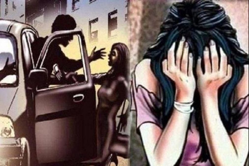 कार में बेटी से गैंगरेप कर रहे थे दरिंदे, चीख सुनकर पहुँच गया पिता और फिर...