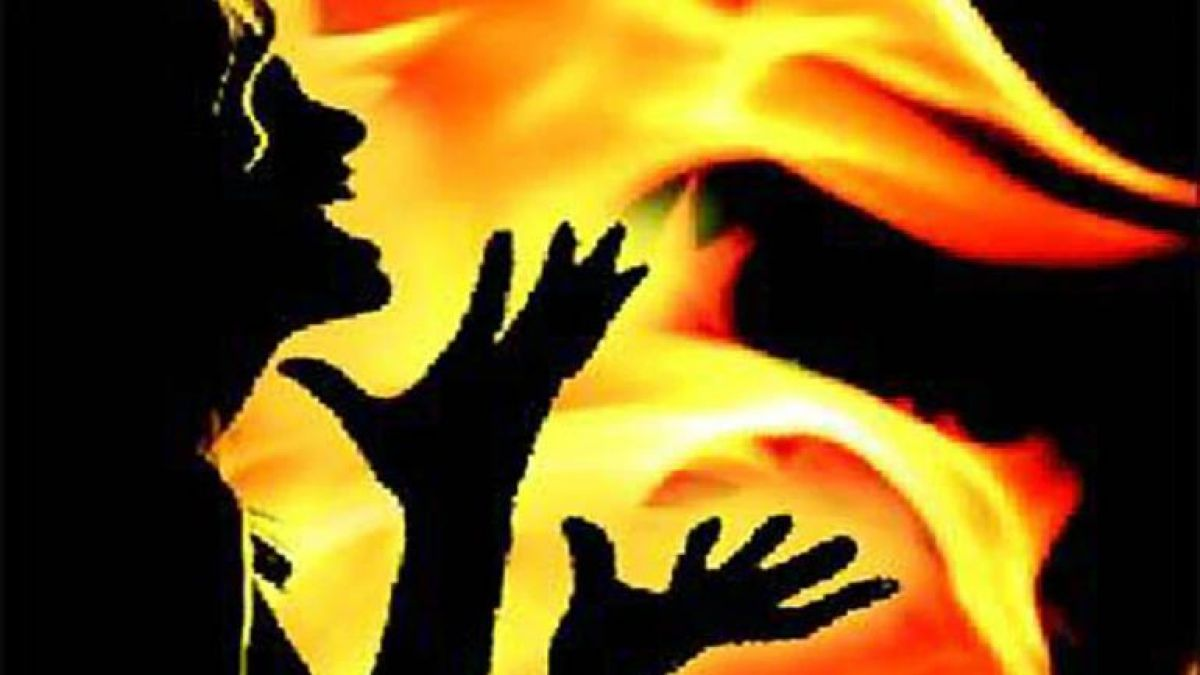 पति से लड़ाई के बाद, पत्नी ने बच्चों समेत खुद को लगाई आग