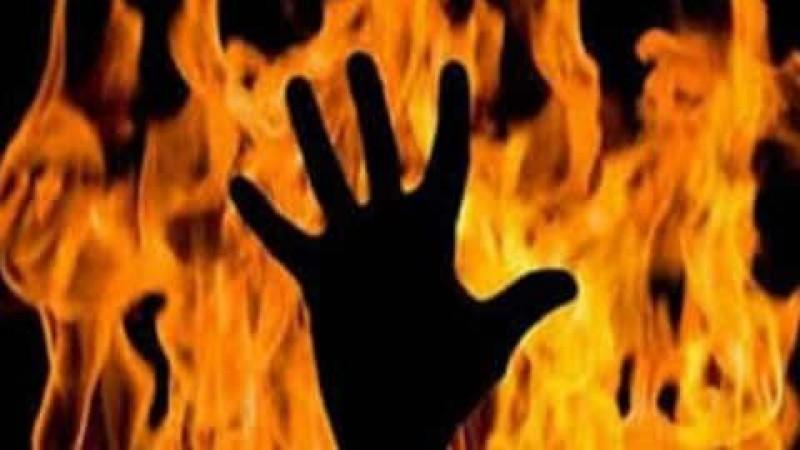 अपनी पसंद के लड़के से शादी करना चाहती थी युवती, माता-पिता ने बेटी पर पेट्रोल छिड़ककर लगा दी आग