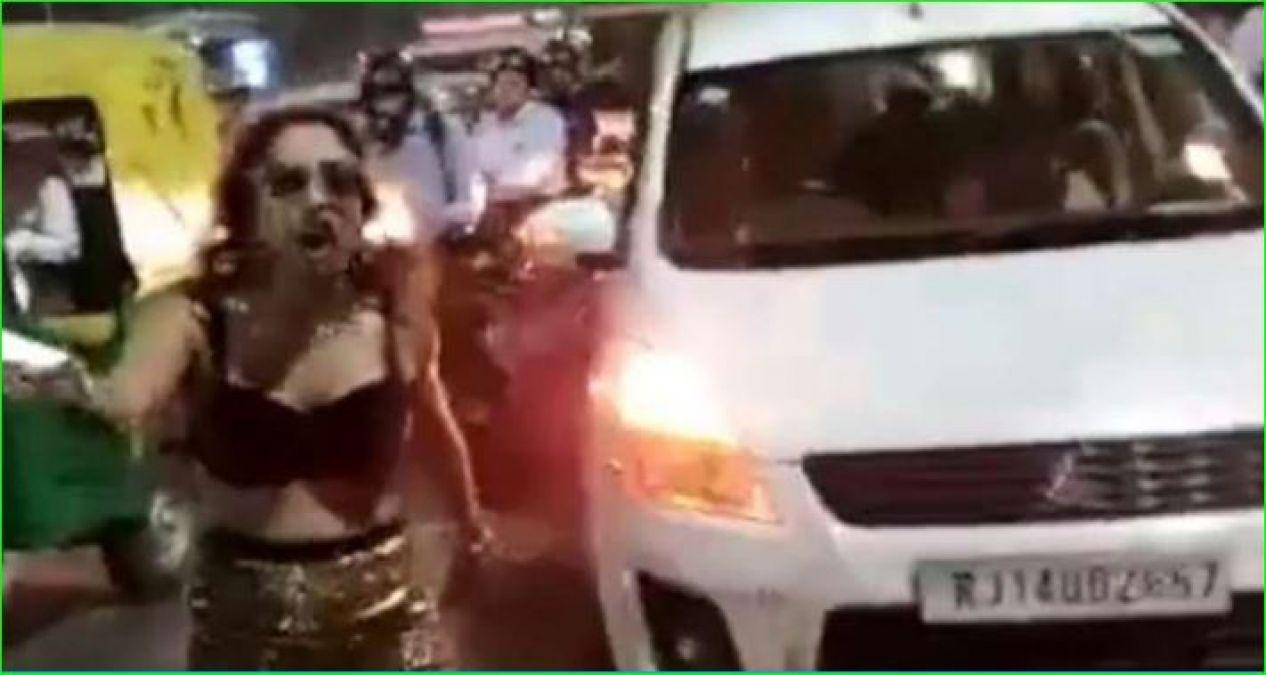 2 मिनिट रुकना नहीं बर्दाश्त कर पाई महिला, अंडरगार्मेंट में निकली कार से बाहर और...
