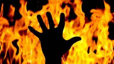 जेठानी से छोटी से बात पर हुआ विवाद, तो देवरानी ने एक साल के बच्चे के साथ खुद को लगाई आग