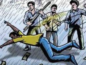 बच्चा चोर बताकर तीन युवकों को पीटा