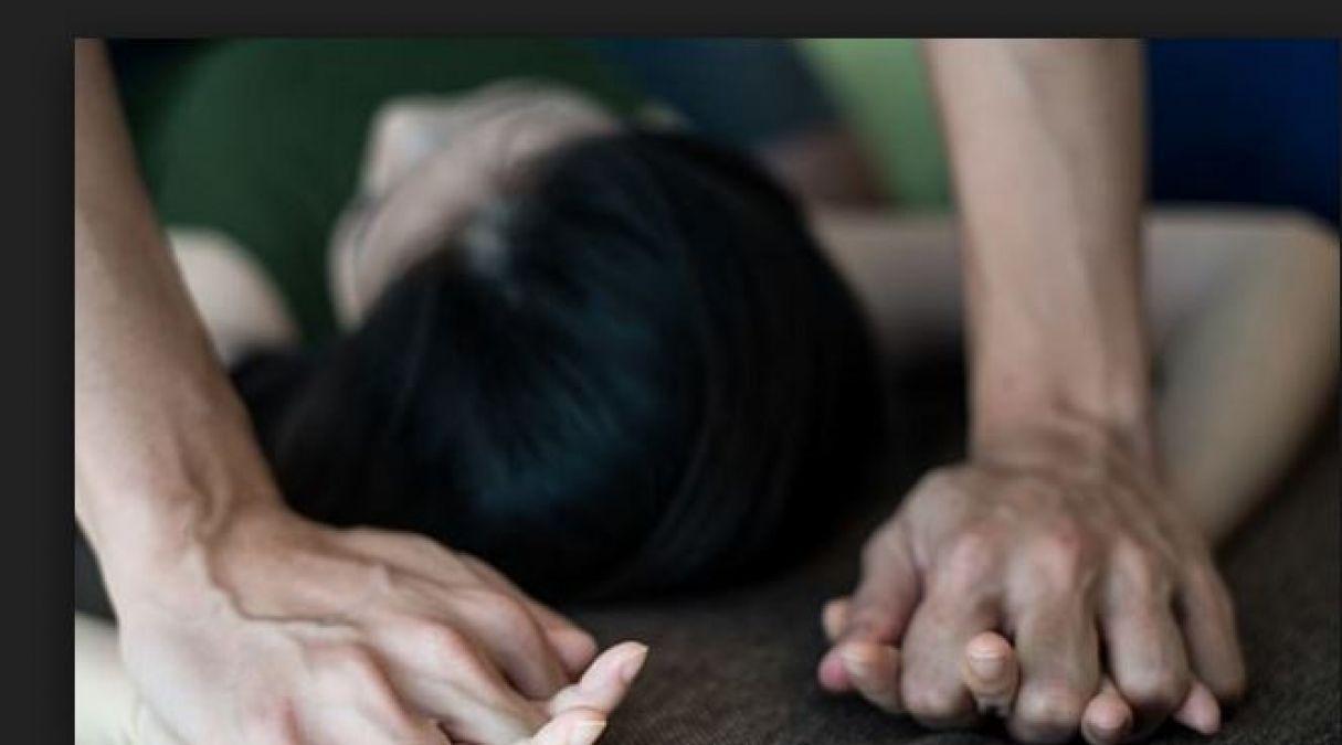 जबरदस्ती घर में घुसकर युवक ने किया लड़की संग रेप