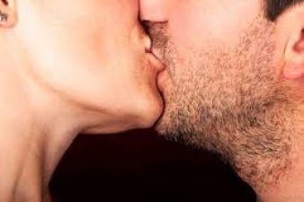 किस करते हुए पत्नी ने काट ली पति की आधी जीभ, वजह हिला देगी