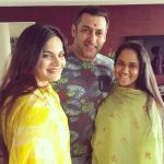 Salman Khan poses with family on the special occasion of 'Raksha Bandhan'