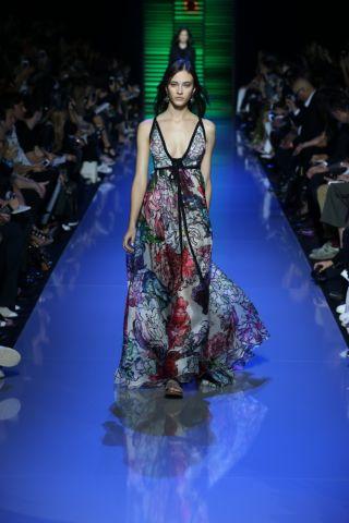 फैशन वीक में मॉडल्स का रेम्प वॉक