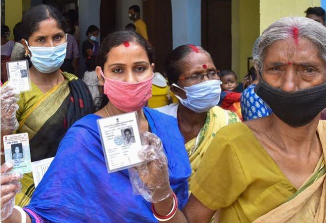 बंगाल में 1 बजे तक 42.10% मतदान दर्ज, TMC ने भाजपा पर लगाए हमले के आरोप