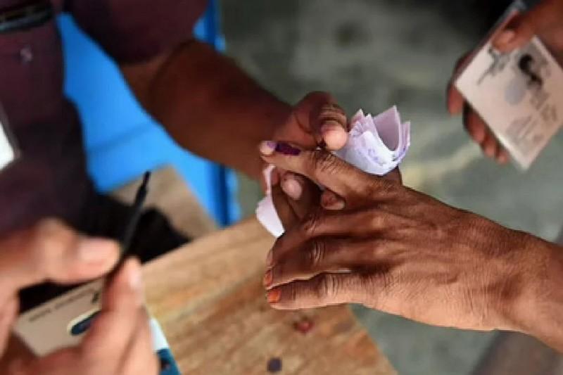 वोटिंग के बीच गोलीबारी, 5 पुलिसकर्मी को किया गया निलंबित