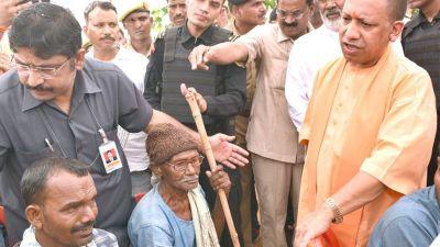 सीएम योगी की उपस्थिति में रिक्शा चालकों ने ली भाजपा की सदस्यता