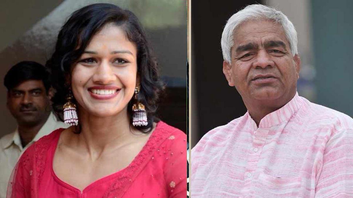 आज अपने पिता के साथ भाजपा में शामिल होंगी रेसलर बबिता फोगाट, पहले कर चुकी है JJP का प्रचार