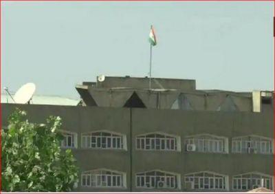 जम्मू कश्मीर सचिवालय से हटाया गया अलग झंडा, पूरी शान और सम्मान के साथ लहरा रहा है 'तिरंगा'