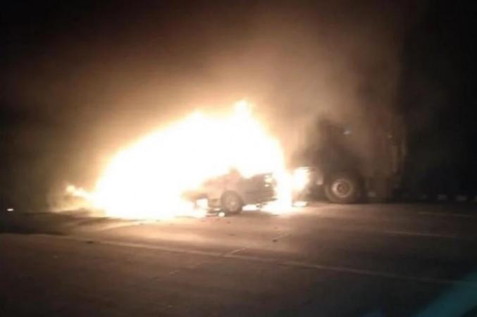 यमुना एक्सप्रेसवे पर फिर दिखा रफ़्तार का कहर, कंटेनर से टकराई कार, पांच लोग  जिंदा जले | NewsTrack Hindi 1