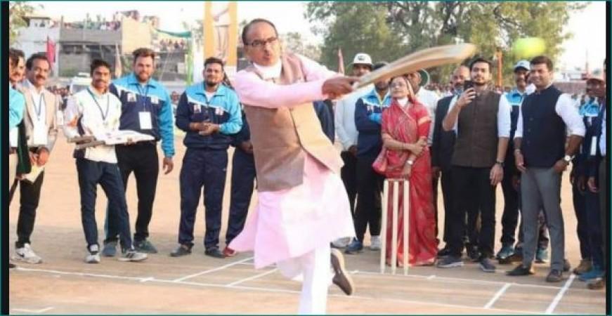 क्रिकेट टूर्नामेंट में पहुंचे CM शिवराज सिंह चौहान, बल्लेबाजी कर उड़ाए सबके होश