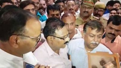 Ruckus of secretariat personnel in front of CM Yogi's office, accusations levelled against police