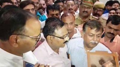 सीएम योगी के दफ्तर के सामने सचिवालय कर्मियों का हंगामा, पुलिस पर लगाया संगीन आरोप